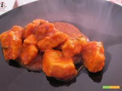 Spezzatino di pollo al sugo in pentola a pressione elettrica