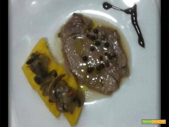 Filetto marinato con crostini di polenta e funghi