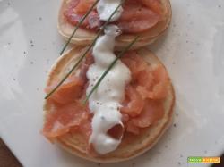 Pancake salati con salmone e panna acida