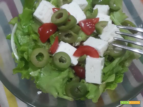 Insalata pomodorini, olive bianche e feta greca