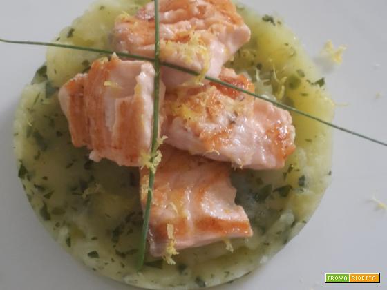 Salmone arrostito su pasticcio di patate prezzemolo e zenzero