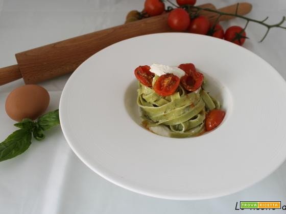 Tagliatelle al basilico con ricotta aromatizzata e pomodorini confit