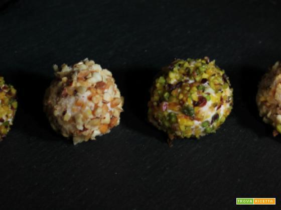 Palline di ricotta e prosciutto con granella di pistacchio e mandorle