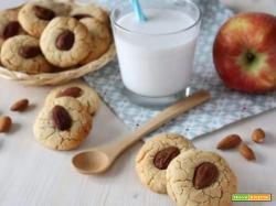 Una buona colazione con biscotti di mandorla e mela per tutta la famiglia