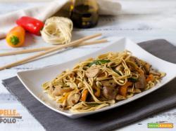 Noodles con pollo e verdure saltate