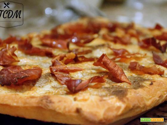 Pizza con crema di funghi e speck croccante