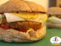 Hamburger vegetariano con salsa di yogurt alla curcuma