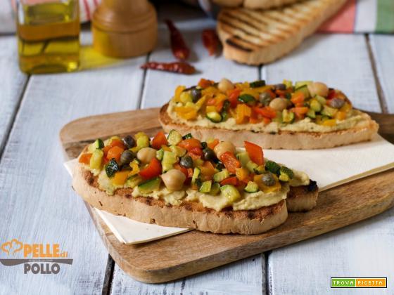 Bruschette con crema di ceci piccante e verdure