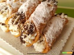 Cannoli ripieni con crema di ricotta vanigliata e scaglie di cioccolato