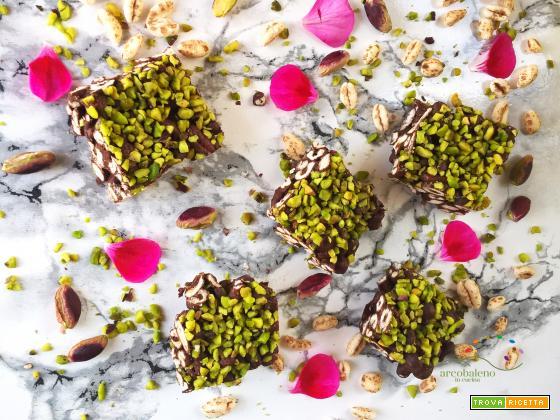 Quadrotti di Farro soffiato, Cioccolato fondente e granella di Pistacchi