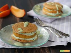 Pancake burger con caprino e cachi mela