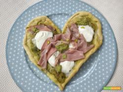 Pizza a cuore con pesto e mortadella