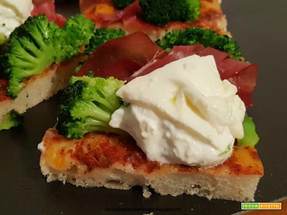 Pizza con cavolo nero, salsiccia e feta  Pizza con broccolo, bresaola e burrata  Pizza con funghi champignon sotto olio, mozzarelline ciliegina e bresaola