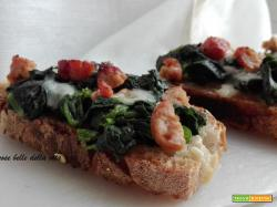 Crostoni di pane con verdure e salsiccia