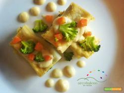 Cannelloni con sfoglia senza uova farciti con patate e bieta, guarniti con cubetti di carote, broccoli e vegan besciamella