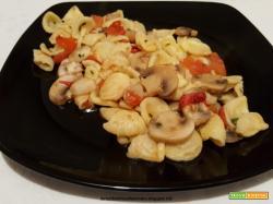 Orecchiette con funghi champignon e peperoncino piccante