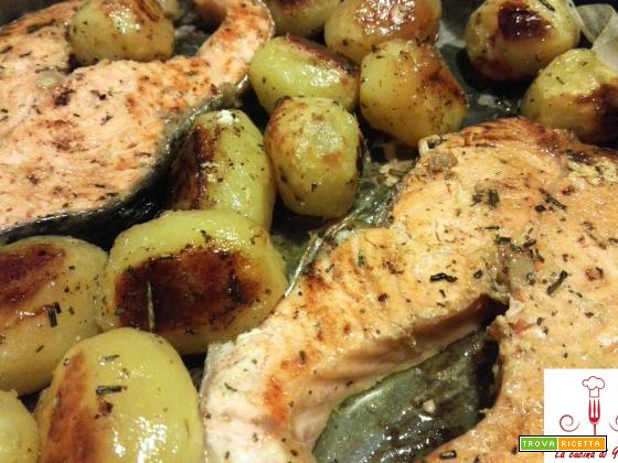 Tranci di salmone al forno con patatine novelle