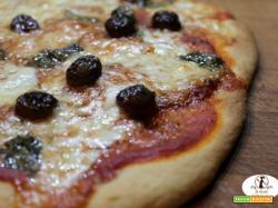 Pizza di semola di grano duro rimacinata, con mozzarella di bufala, olive taggiasche e basilico