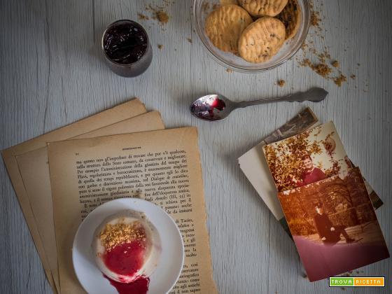Biancomangiare con biscotti sbriciolati e sciroppo di ribes