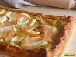 Pizza broccoli e salmone con provola fresca