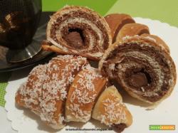 Cornetti bicolore con cuore di cioccolato senza uova