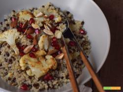 Quinoa con cavolfiore arrostito, mandorle e melagrana