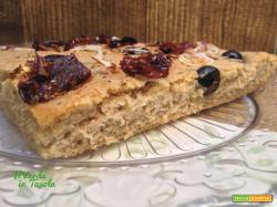 Focaccia con farina di lenticchie, olive, cipolla e pomodorini secchi