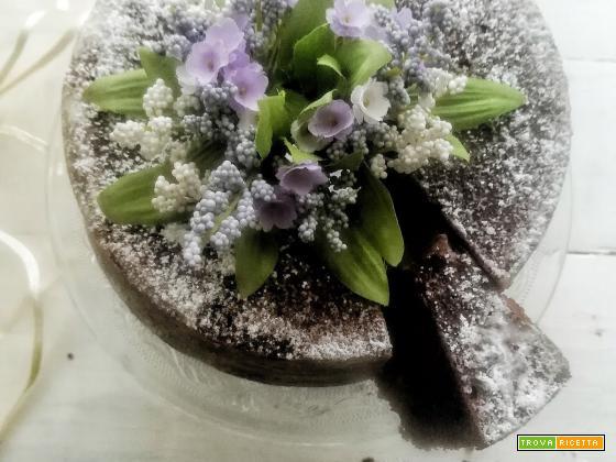 Il segreto per una torta al cioccolato morbidissima e cinque cose che forse non sai