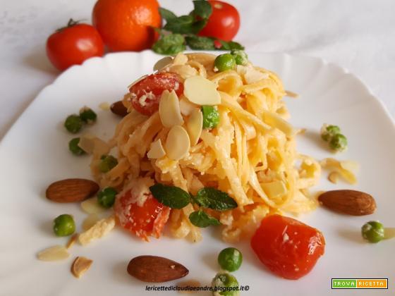 Tagliatelle agli agrumi con pesto di mandorla, piselli, pomodorini e profumo di menta