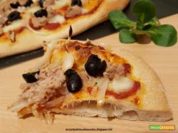 Pizza con pomodoro, tonno, cipolle e olive nere
