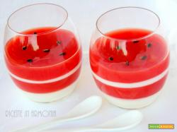 Bicchierini di anguria e yogurt delizioso dessert