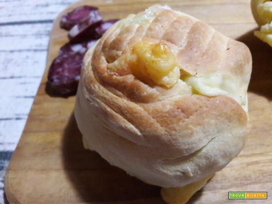 Cucche siciliane con formaggio e salsiccia