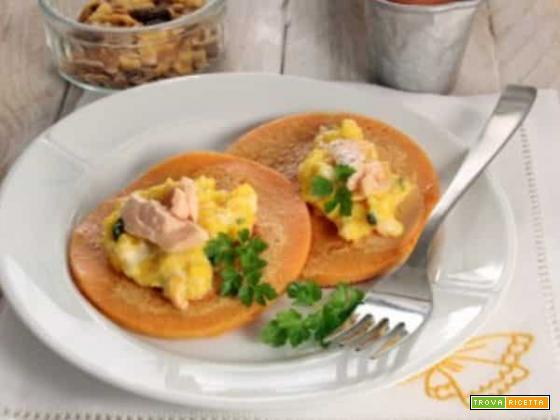 I pancakes alla farina di lenticchie , con uova e salmone