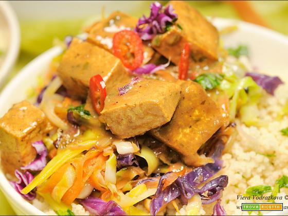 Tofu marinato al tamarindo, cous cous e verdure saltate
