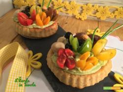 Tortine salate vegane con mousse di avocado e pomodorini