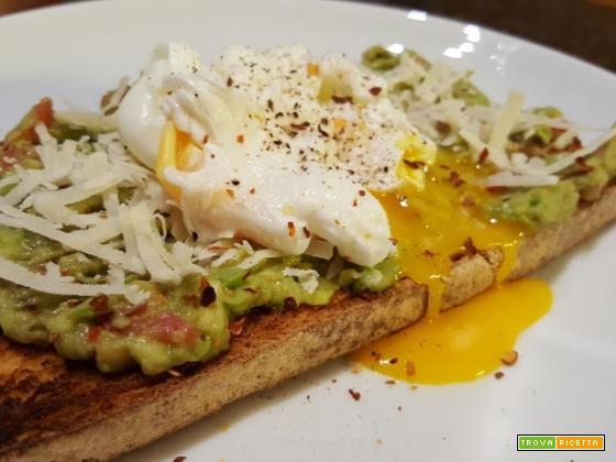 Crostone di pane toscano con guacamole, scaglie di grana e uovo in camicia