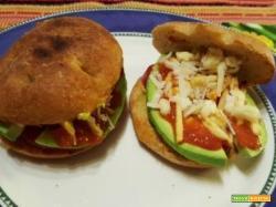 Panino con avocado, pomodoro e formaggio