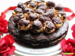 Torta con bigne' al cioccolato e crema
