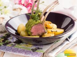 Carrè di agnello impanato con patatine novelle: la tradizione in tavola.