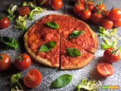 Ricetta pizza  leggera con pomodoro e foglie di basilico