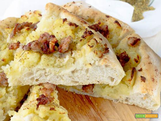 Pizza patate, salsiccia e finocchietto