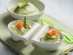Mini coppette di avocado con salmone, un antipasto fresco e salutare