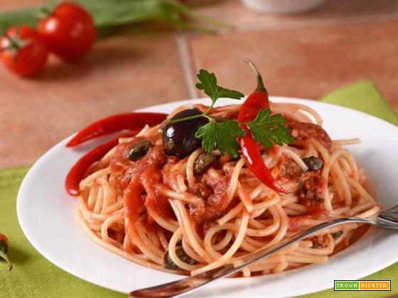 Pasta con acciughe, olive, capperi e peperoncino