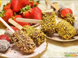 Stecchi di banane e fragole al cioccolato