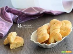 Treccine alla ricotta, biscotti soffici senza uova, burro e olio