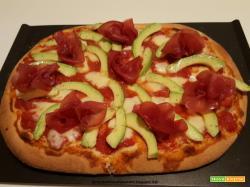Pizza con bresaola, mozzarella e avocado
