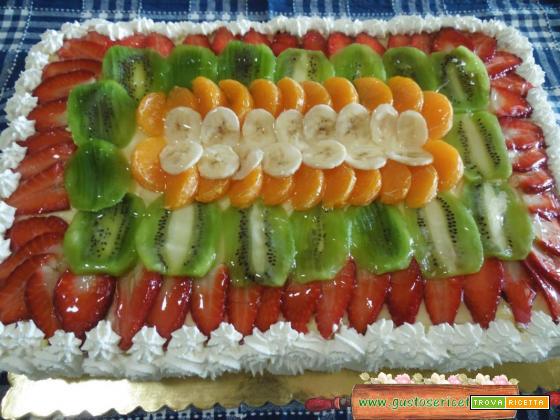 Torta soffice alla frutta con frolla alle nocciole