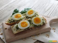 Baguette con stracchino, pesto e uova sode