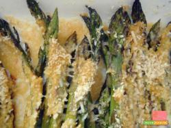 Contorno di asparagi gratinati aromatizzati alla senape e curcuma – ricetta light, senza burro e senza glutine