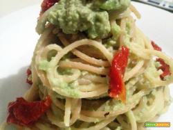 Spaghetti al pesto di fave verdi e pomodori secchi